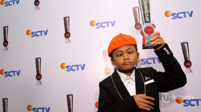 Aktor cilik, Sony Kurniawan atau yang lebih dikenal dengan nama Sony Wakwaw meraih penghargaan sebagai Selebriti Anak Paling Bersinar pada malam penghargaan Infotainment Awards 2015 di Studio 6 Emtek, Daan Mogot, Jakarta Barat, Jumat (30/1/2015).