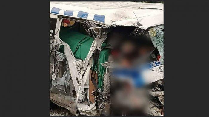Sopir ambulans tewas bernama Waryono, membawa jenazah tujuan Kebumen.