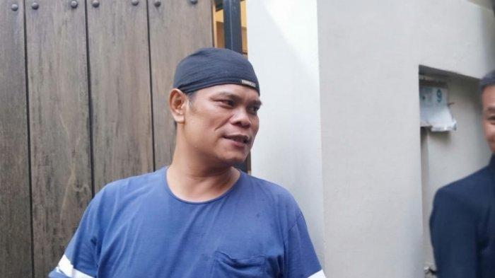 Sopir pribadi Ashraf Sinclair, Edi, di rumah duka di Pejaten Barat, Pasar Minggu, Jakarta Selatan, Rabu (19/2/2020).
