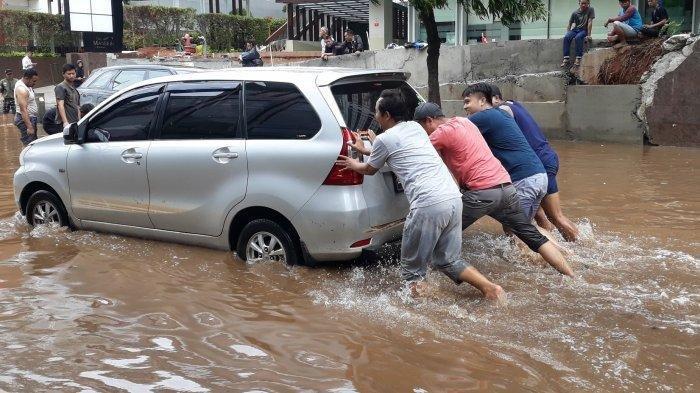 Sopir taksi daring, Jefri, yang sempat terjebak banjir di Jalan Kemang 1, Bangka, Jakarta Selatan pada Kamis (2/1/2020).