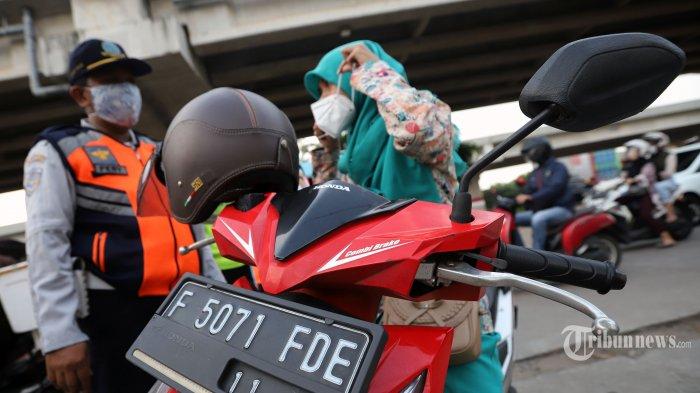 Petugas saat melakukan pengecekan kendaraan di Check Point pembatasan sosial berskala besar (PSBB) di kawasan Kalimalang, Bekasi, Jawa Barat, Jumat (22/5/2020) Pelaksanaan pembatasan sosial berskala besar (PSBB) tahap tiga di DKI Jakarta, warga yang hendak keluar dan masuk Jakarta harus menunjukkan surat izin keluar masuk  (SIKM) Jakarta. Tribunnews/Jeprima