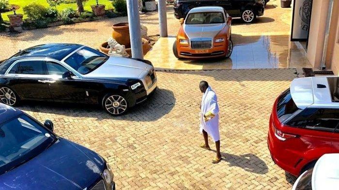 Miliarder Ginimbi memamerkan koleksi mobil mewahnya.