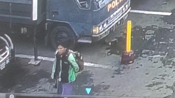 Sosok Pelaku Bom Bunuh Diri Polrestabes Medan Terekam CCTV, Pakai Jaket Ojol dan Bawa Ransel. Pelaku bom bunuh diri di Mapolrestabes Medan
