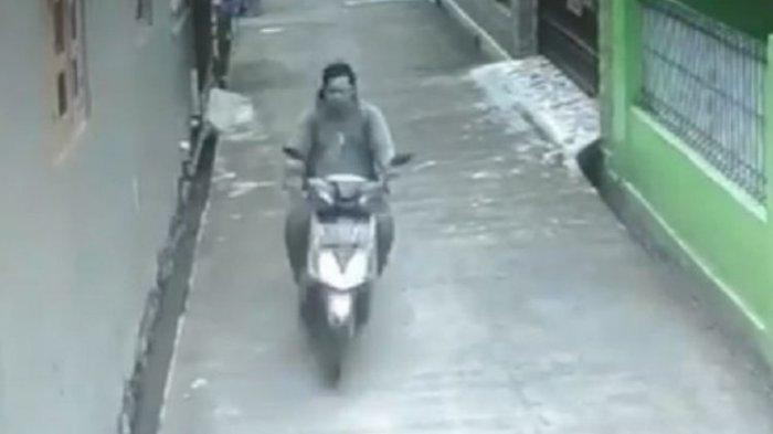 Sosok pengendara motor di Kaliabang, Bekasi Utara, Jawa Barat, yang terekam CCTV melakukan pelecehan seksual terhadap seorang perempuan berkerudung panjang yang sedang berjalan kaki gang dekat tempat tinggal peremuan itu. Polisi setempat membenarkan adanya kasus itu.