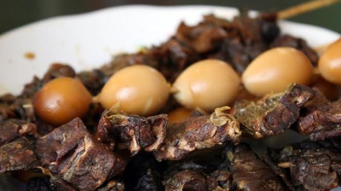 Sate telur puyuh dan sate paru-paru kerbau, pelengkap makan Soto Kudus Pak Ramidjan.
