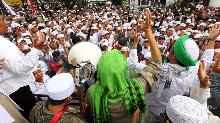 Massa Front Pembela Islam (FPI) dan Aliansi Pergerakan Islam (API) Jawa Barat melakukan doa bersama menyambut hasil sidang putusan praperadilan penerbitan Surat Perintah Penghentian Penyidikan (SP3) kasus Muhammad Rizieq Shihab oleh Sukmawati Soekarnoputri, di depan Pengadilan Negeri Bandung, Jalan LLRE Martadinata, Kota Bandung, Selasa (23/10/2018). Dalam sidangnya, hakim menolak permohonan praperadilan penerbitan SP3 yang diajukan Sukmawati Soekarnoputri selaku pemohon melalui pengacara yang tergabung dalam Tim Pembela Pancasila terkait kasus dugaan penghinaan Pancasila oleh Imam Besar FPI, Habib Rizieq Shihab, karena SP3 yang dikeluarkan Polda Jabar sudah sah dan sesuai prosedur. TRIBUN JABAR/GANI KURNIAWAN