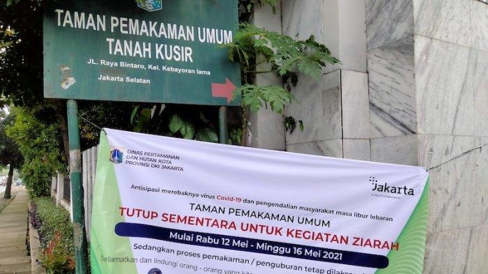 Spanduk imbauan penutupan kegiatan ziarah di TPU Tanah Kusir pada Kamis (13/5/2021).