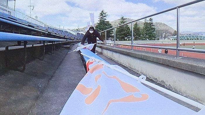 Spanduk-spanduk olimpiade di lokasi arena pertandingan berbagai stadion olahraga dicopot kembali, Rabu (25/3/2020).