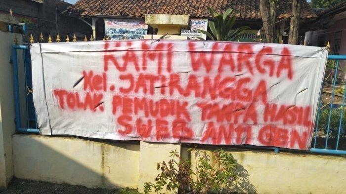 Spanduk penolakan pemudik yang kembali tanpa hasil negatif swab antigen di Kecamatan Jatisampurna, Kota Bekasi.