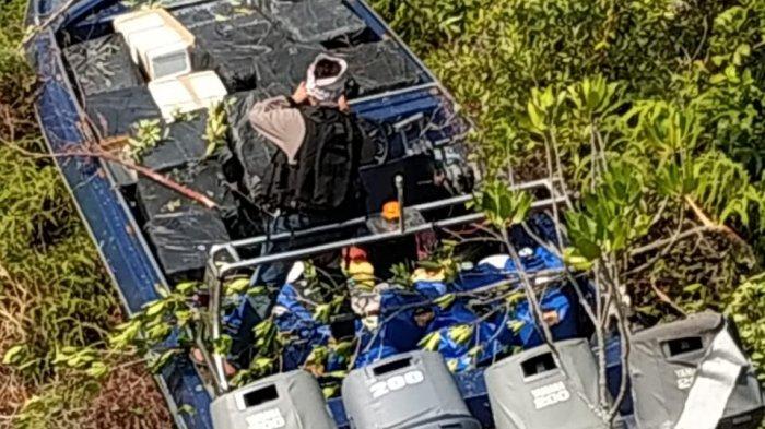 Speed boat penyelundup Baby Lobster yang mesinnya ditembak tim 2 FIQR Koarmada I kandas di hutan bakau Kepulauan Riau pada Rabu (20/3/2019).