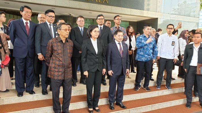 Didampingi Boediono, Sri Mulyani Lepas Jenazah JB Sumarlin di Gedung Kemenkeu