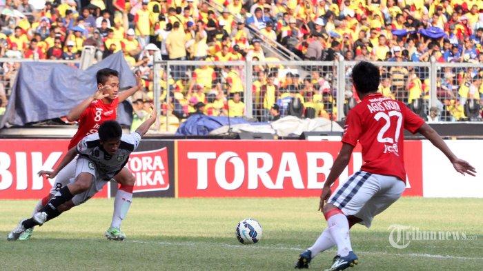 Pemain Sriwijaya FC Bayu Gatra (kiri) berebut bola dengan pemain Bali United Agus Nova (kanan) pada laga perebutan tempat ketiga Piala Bhayangkara di Stadion Utama Gelora Bung Karno, Jakarta, Minggu (3/4/2016). Sriwijaya FC berhasil menempati peringkat ketiga pada Piala Bhayangkara setelah berhasil mengalahkan Bali United dengan skor 2-0. TRIBUNNEWS/IRWAN RISMAWAN