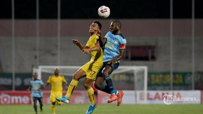 Pesepak bola Sriwijaya FC, Hendri Satriadi (kiri) berebut bola atas dengan pesepak bola Persewar Waropen, Victor Pae dalam laga babak delapan besar Liga 2 2019 di Stadion Gelora Sidoarjo, Jawa Timur, Sabtu (9/11/2019) malam. Sriwijaya FC berhasil menang 1-0 atas Persewar Waropen. Surya/Sugiharto