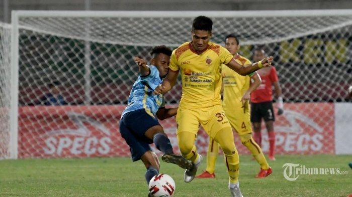Pesepak bola Persewar Waropen (kiri) berusaha mengadang laju pesepak bola Sriwijaya FC dalam laga babak delapan besar Liga 2 2019 di Stadion Gelora Sidoarjo, Jawa Timur, Sabtu (9/11/2019) malam. Sriwijaya FC berhasil menang 1-0 atas Persewar Waropen. Surya/Sugiharto