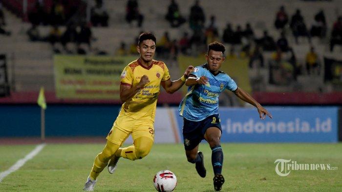 Pesepak bola Sriwijaya FC (kiri) berebut bola dengan pesepak bola Persewar Waropen dalam laga babak delapan besar Liga 2 2019 di Stadion Gelora Sidoarjo, Jawa Timur, Sabtu (9/11/2019) malam. Sriwijaya FC berhasil menang 1-0 atas Persewar Waropen. Surya/Sugiharto