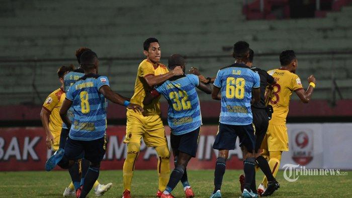 Kapten Persewar Waropen, Victor Pae (tengah) terlibat keributan dengan kapten Sriwijaya FC, Ambrizal dalam laga babak delapan besar Liga 2 2019 di Stadion Gelora Sidoarjo, Jawa Timur, Sabtu (9/11/2019) malam. Sriwijaya FC berhasil menang 1-0 atas Persewar Waropen. Surya/Sugiharto