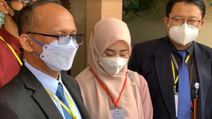 Larissa Chou usai diputus cerai di Pengadilan Agama Cibinong, Kabupaten Bogor, Rabu (16/6/2021). Larissa Chou dan Alvun Faiz resmi bercerai.