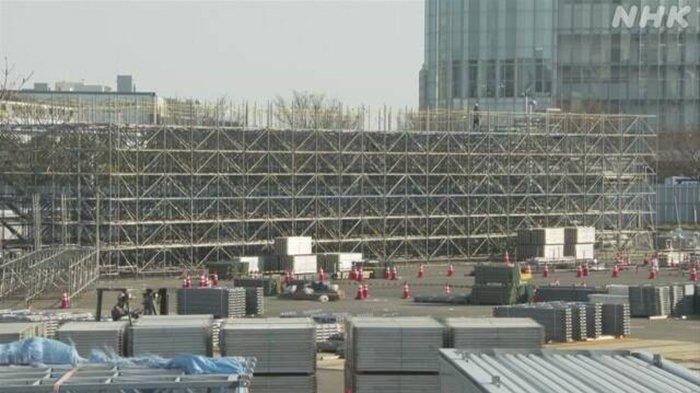 Pembangunan kursi penonton di sebuah Stadion Olimpiade di Tokyo, Senin (22/2/2021).