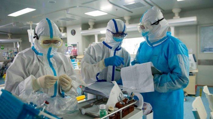 FOTO Staf medis memeriksa catatan di ICU di Wuhan