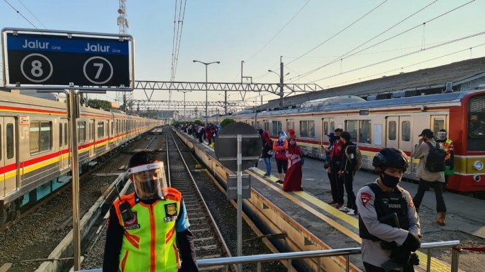 Hari Ini 114.040 Orang Naik KRL, PT KCI Sebut Stasiun Terkendali dan Stabil