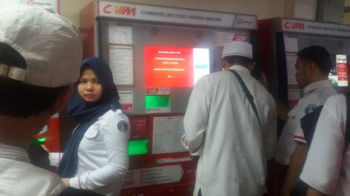 Petugas Stasiun Juanda Sibuk Pandu Calon Penumpang Beli Tiket KRL