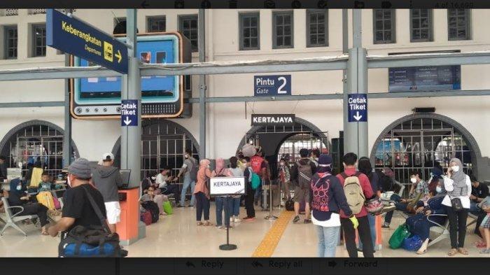 Sejumlah Pemudik Mulai Terlihat di Stasiun Pasar Senen Jakarta