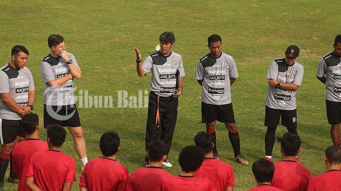 Stefano Cugurra Teco tengah memberikan arahan kepada pemain Bali United