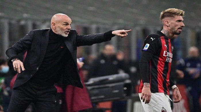 Pelatih AC Milan Italia Stefano Pioli (kiri) memberikan instruksi di samping penyerang Spanyol AC Milan Samuel Castillejo saat pertandingan sepak bola Serie A Italia AC Milan vs Udinese pada 03 Maret 2021 di stadion San Siro di Milan.
