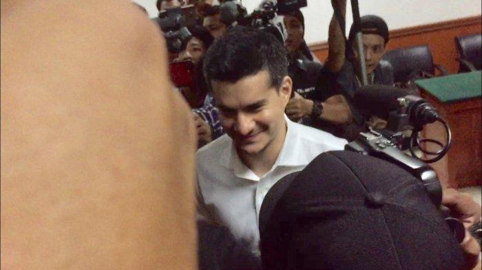 Senyum Steve Emmanuel usai divonis 9 tahun penjara oleh Majelis Hakim Pengadilan Negeri Jakarta Barat, Slipi, Jakarta Barat, Selasa (16/7/2019).