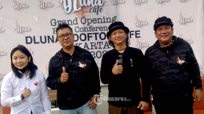 (kiri-kanan) Diana Representative Owner DLuna Rooftop Cafe, General Manager DLuna Rooftop Cafe Teguh, Steven dan Amir Zinade.