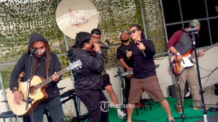 Gebrakan Steven Jam, grup musik reggae ramaikan puncak acara Grand Opening DLuna Rooftop Cafe, Rabu (24/3/2021) di jalan Kunir, Kawasan Kota Tua, Jakarta Barat.