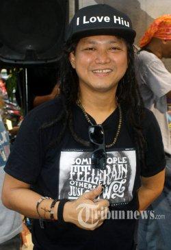 Steven Jam, pada acara peluncuran album berjudul Akulah Sejarah di Joint Kopi, Jakarta Selatan, Senin (24/8). Album ini berisi rasa keprihatinan terhadap kondisi bangsa dan negara yang mengabaikan pembangunan moral dan budaya bangsa. Warta Kota/Nur Ichsan