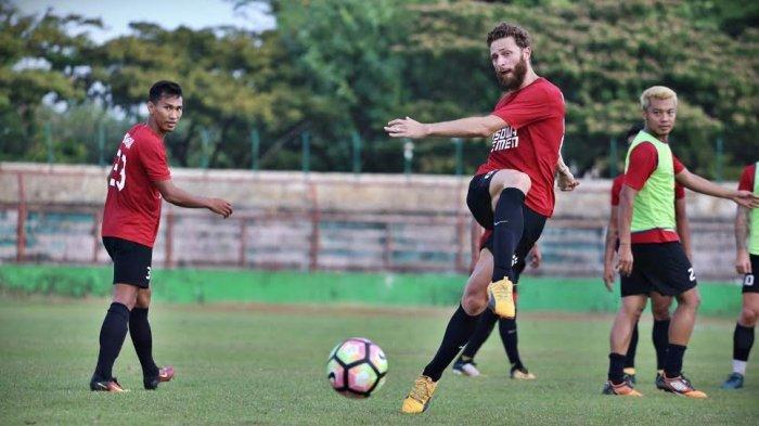 Bek PSM Makassar Steven Paulle melakukan tendangan saat sesi latihan di Stadion Andi Mattalatta, Makassar, Senin (4/9/2017). TRIBUN TIMUR/MUHAMMAD ABDIWAN