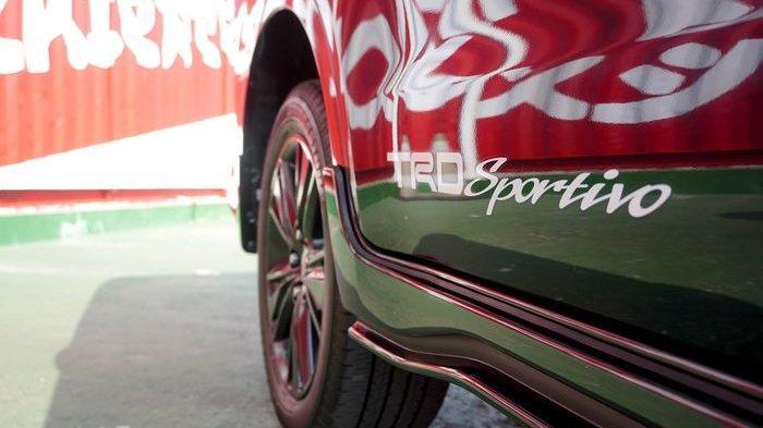 Stiker TRD Sportivo disematkan pada bodi samping Innova