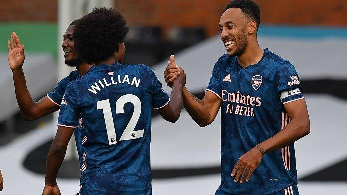 Striker Arsenal asal Gabon Pierre-Emerick Aubameyang (kanan) merayakan gol ketiga mereka bersama gelandang Arsenal asal Brazil Willian (kiri) selama pertandingan sepak bola Liga Utama Inggris antara Fulham dan Arsenal di Craven Cottage di London pada 12 September 2020.