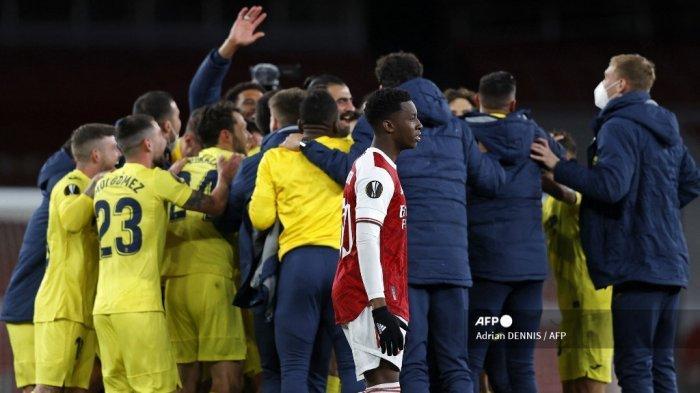 Striker Arsenal asal Inggris Eddie Nketiah (tengah) bereaksi saat para pemain Villarreal melakukan selebrasi di lapangan setelah semifinal Liga Europa UEFA, pertandingan sepak bola leg kedua antara Arsenal dan Villarreal di Emirates Stadium di London pada 6 Mei 2021. Pertandingan berakhir 0- 0, Villarreal memenangkan pertandingan dengan agregat 2-1. Adrian DENNIS / AFP