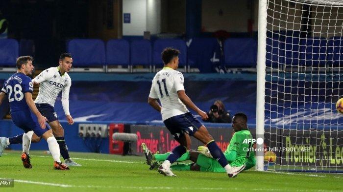 Striker Aston Villa Belanda Anwar El Ghazi (kedua dari kiri) menembak untuk mencetak gol penyama kedudukan melewati kiper Senegal kelahiran Prancis, Edouard Mendy (kanan) selama pertandingan sepak bola Liga Utama Inggris antara Chelsea dan Aston Villa di Stamford Bridge di London pada 28 Desember, 2020.