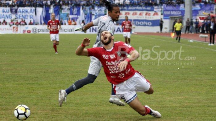 Striker Bali United, Ilija Spasojevic berteriak selepas duel dengan kiper PSIS Semarang, Jandia Eka Putra pada pekan kedua Liga 1 2018 di Stadion Moch Soebroto, Kota Magelang, 1 April 2018.