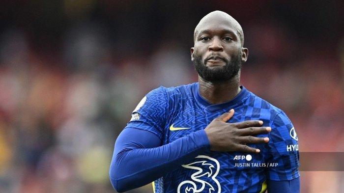 Striker Chelsea asal Belgia Romelu Lukaku memberi isyarat kepada para pendukung