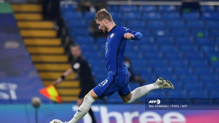 Striker Chelsea asal Jerman, Timo Werner, melakukan tembakan untuk mencetak gol keempat timnya selama pertandingan sepak bola Liga Premier Inggris antara Chelsea dan Sheffield United di Stamford Bridge di London pada 7 November 2020.