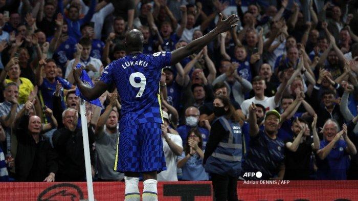 Striker Chelsea Belgia Romelu Lukaku merayakan mencetak gol ketiga timnya selama pertandingan sepak bola Liga Premier Inggris antara Chelsea dan Aston Villa di Stamford Bridge di London pada 11 September 2021.