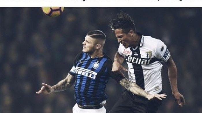 Penyerang Inter Milan, Mauro Icardi (kiri), berduel dengan bek Parma, Bruno Alves, dalam laga Liga Italia di Stadion Ennio Tardini, Sabtu (9/2/2019).