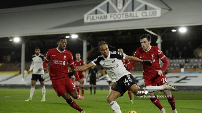 Striker Jamaika Fulham Bobby Decordova-Reid (tengah) melakukan umpan silang selama pertandingan sepak bola Liga Utama Inggris antara Fulham dan Liverpool di Craven Cottage di London pada 13 Desember 2020. MATT DUNHAM / POOL / AFP