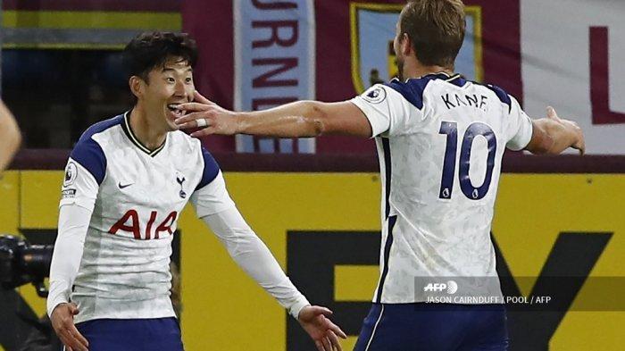 Striker Korea Selatan Tottenham Hotspur Son Heung-Min (kiri) merayakan dengan striker Inggris Tottenham Hotspur Harry Kane (kanan) setelah mencetak gol pembuka selama pertandingan sepak bola Liga Premier Inggris antara Burnley dan Tottenham Hotspur di Turf Moor di Burnley, barat laut Inggris pada 26 Oktober 2020. JASON CAIRNDUFF / POOL / AFP