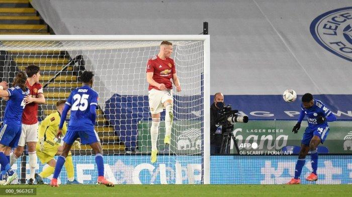 Striker Leicester City Nigeria Kelechi Iheanacho (kanan) mencetak gol ketiga mereka dengan sundulan ini selama pertandingan sepak bola perempat final Piala FA Inggris antara Leicester City dan Manchester United di King Power Stadium di Leicester, Inggris tengah pada 21 Maret 2021.