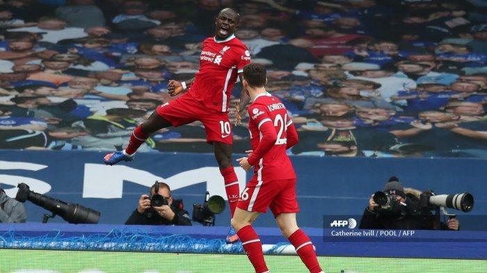 Striker Liverpool Senegal Sadio Mane merayakan gol pertama timnya selama pertandingan sepak bola Liga Premier Inggris antara Everton dan Liverpool di Goodison Park di Liverpool, barat laut Inggris pada 17 Oktober 2020. CATHERINE IVILL / POOL / AFP