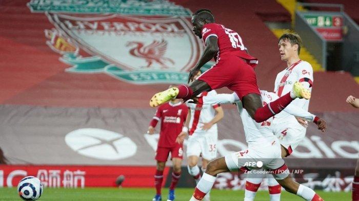 Striker Liverpool Senegal Sadio Mane (tengah) mencetak gol pembuka selama pertandingan sepak bola Liga Utama Inggris antara Liverpool dan Southampton di Anfield di Liverpool, Inggris barat laut pada 8 Mei 2021.