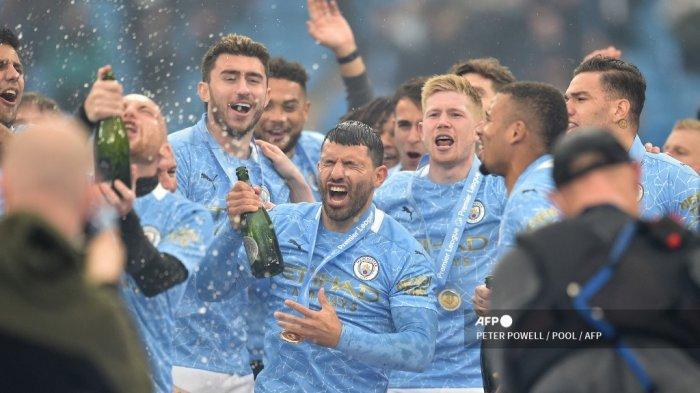 Striker Manchester City Argentina Sergio Aguero (tengah) merayakan dengan rekan satu timnya dalam upacara penghargaan trofi Liga Premier setelah pertandingan sepak bola Liga Premier Inggris antara Manchester City dan Everton di Stadion Etihad di Manchester, barat laut Inggris, pada 23 Mei 2021.