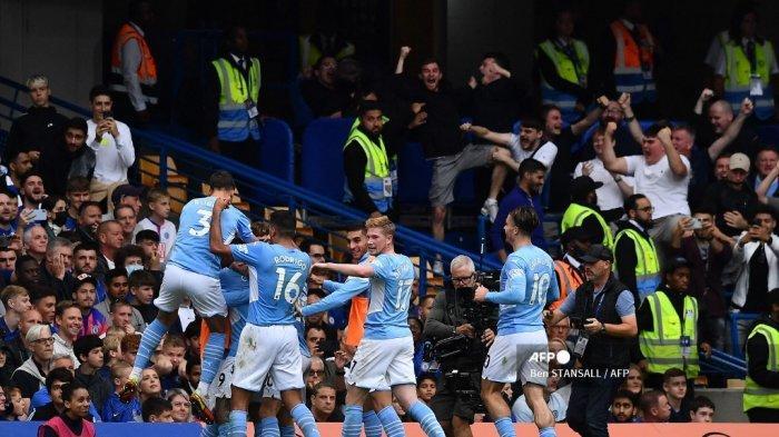 Striker Manchester City Brasil Gabriel Jesus merayakan dengan rekan satu timnya setelah dia mencetak gol pembuka timnya selama pertandingan sepak bola Liga Premier Inggris antara Chelsea dan Manchester City di Stamford Bridge di London pada 25 September 2021.
