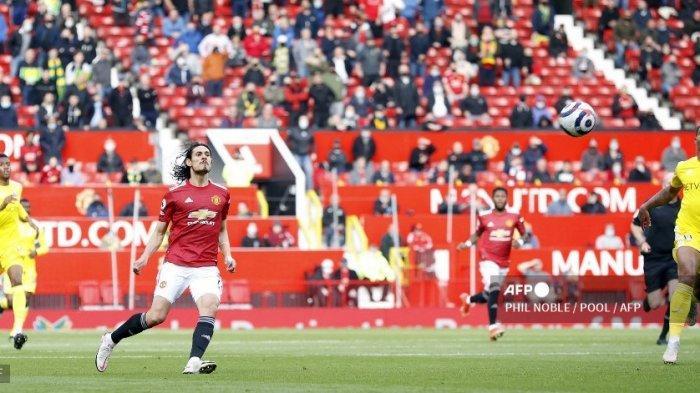 Striker Manchester United asal Uruguay Edinson Cavani (2L) mencetak gol pembuka selama pertandingan sepak bola Liga Utama Inggris antara Manchester United dan Fulham di Old Trafford di Manchester, Inggris barat laut, pada 18 Mei 2021.